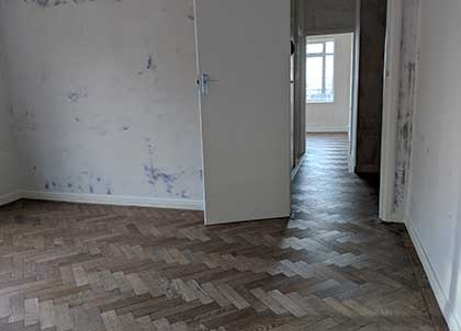 The parquet runs in the same direction without any threshold borders between the rooms