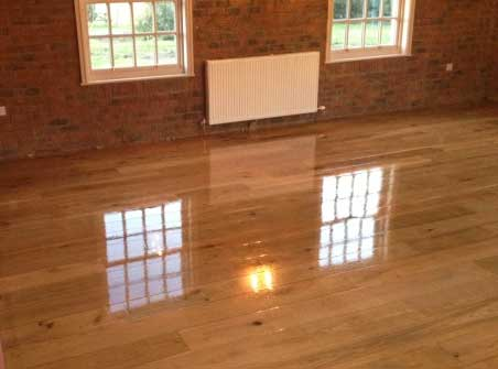 Hardwood sanding and laquered finish with a highe degree of reflection